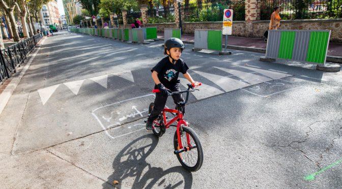Les enfants  à vélo en voie de conquérir la ville